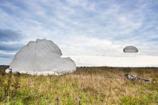 Paracadutista che salta paracadutista