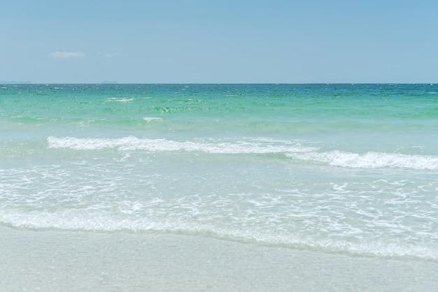 Paradiso della spiaggia di srichang, thailandia asia.ocean onda in spiaggia. spiaggia tropicale per relax. onde di riva. godetevi l'onda morbida dell'oceano blu sulla spiaggia sabbiosa, messa a fuoco selettiva e bilanciamento del bianco