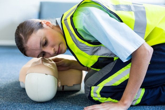 Paramedico femmina durante l'allenamento di rianimazione cardiopolmonare