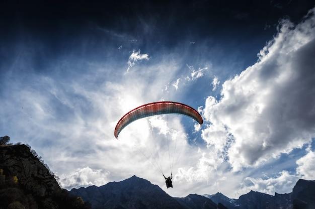 Parapendio nel cielo