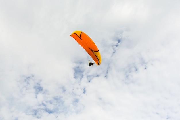 Paraplane che vola in alto