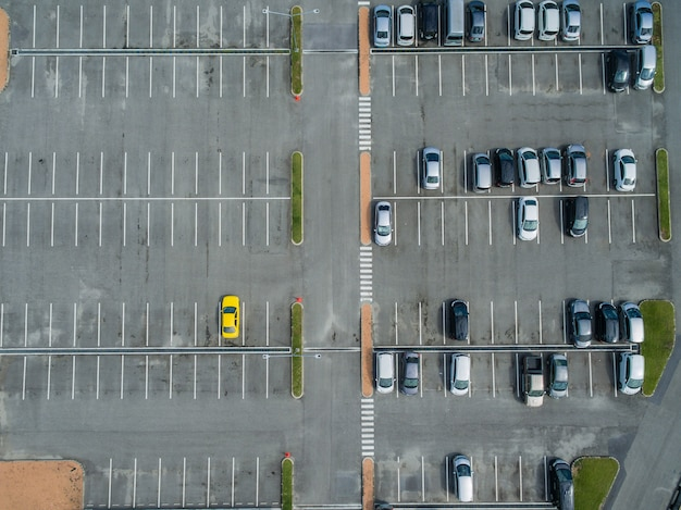 Parcheggi vuoti, veduta aerea.