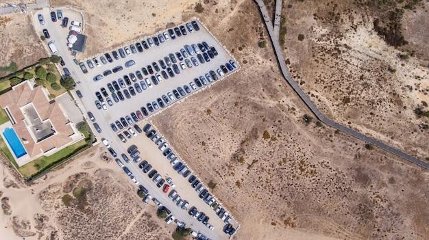 Parcheggi vuoti, vista aerea.