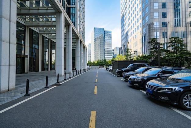 Parcheggio all'aperto del centro finanziario a qingdao, cina