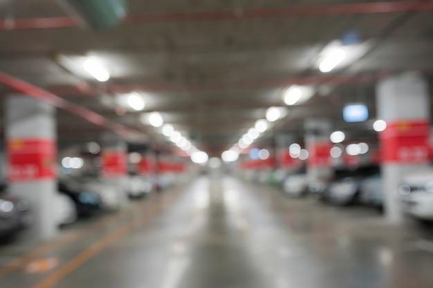 Parcheggio astratto della sfuocatura dell'automobile in costruzione
