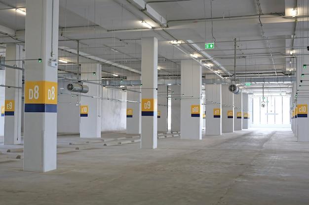 Parcheggio auto vuoto all'interno del grande magazzino.