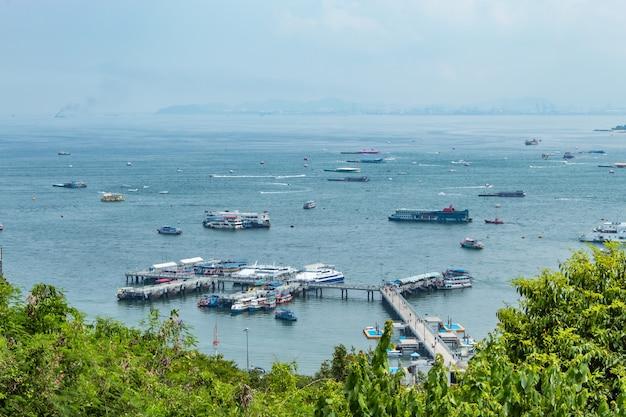 Parcheggio del porto dei traghetti e turisti sul ponte nel mare.