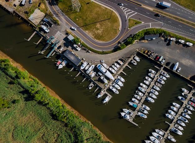 Parcheggio dell'yacht nella vista superiore aerea del porticciolo delle barche