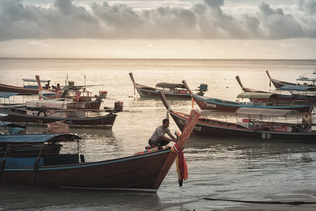 Parcheggio della barca sulla spiaggia di sabbia bianca isola di lipe alla provincia di satun tailandia