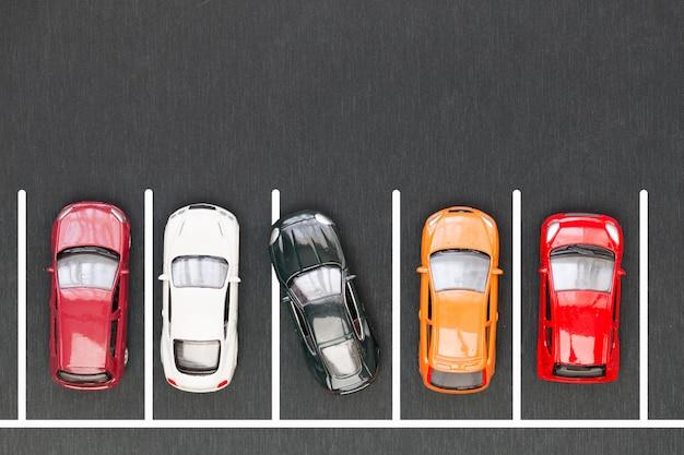 Parcheggio difettoso. auto parcheggiata in modo improprio
