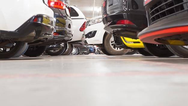 Parcheggio interno parcheggio del grande magazzino.