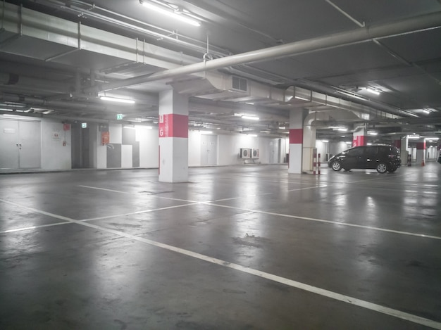 Parcheggio nel parcheggio sotterraneo presso il grande magazzino, soft focus