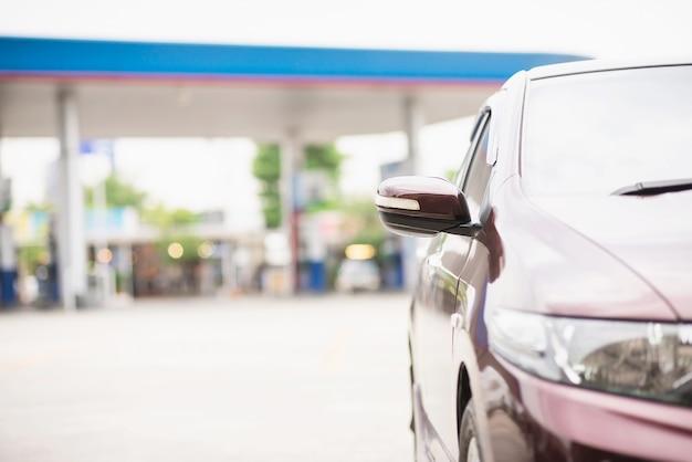 Parcheggio nella stazione di rifornimento di carburante - concetto di trasporto di energia auto