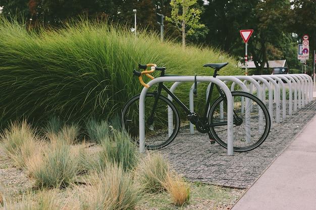 Parcheggio per biciclette con una bici parcheggiata.
