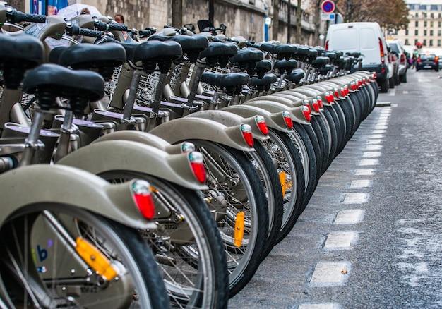 Parcheggio per biciclette per le strade di parigi.
