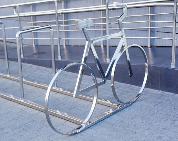 Parcheggio per biciclette. posteggi vuoti per biciclette all'aperto
