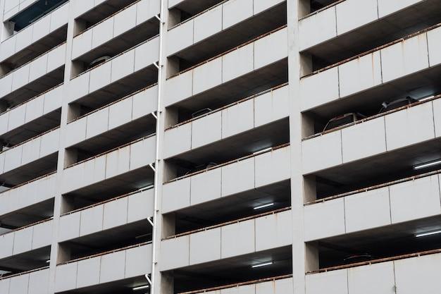 Parcheggio su edificio invecchiato