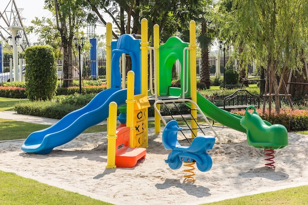 Parchi giochi colorati nel parco