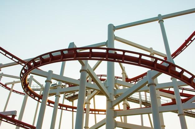 Parco a tema rollercoaster contro il cielo blu