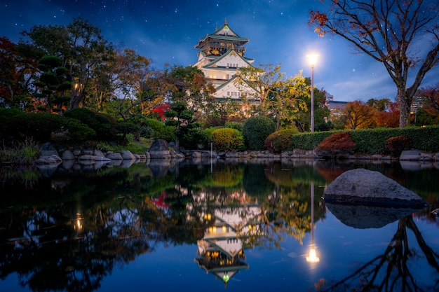 Parco d'autunno nel castello di osaka di notte
