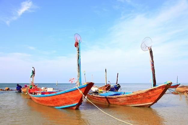 Parco del pescatore di coda lunga del pescatore alla spiaggia di rayong in tailandia, primo piano