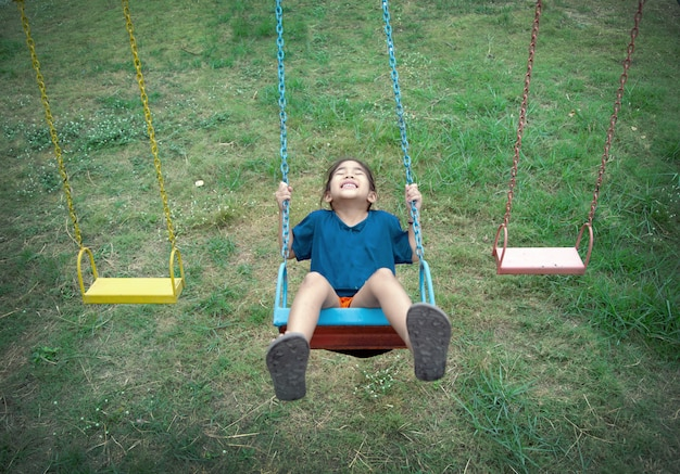 Parco giochi all'aperto felice asiatico dell'oscillazione del gioco del bambino