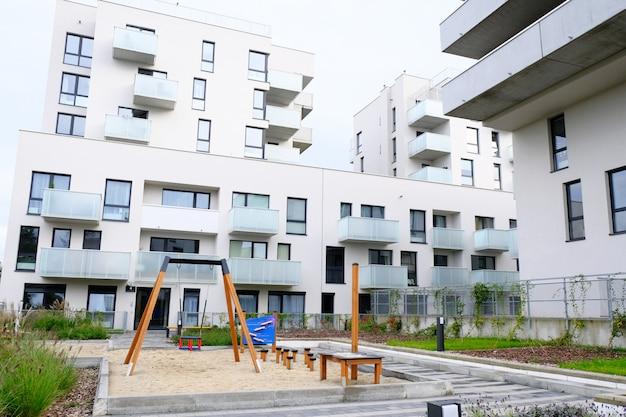 Parco giochi con amaca e altalena nell'accogliente cortile del moderno quartiere residenziale.