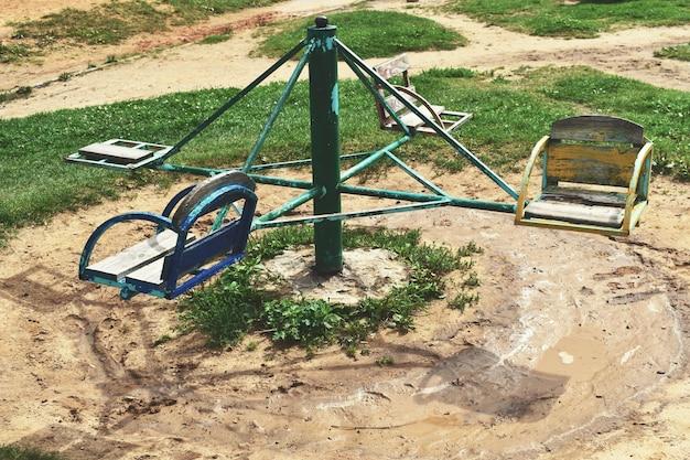 Parco giochi per bambini abbandonato abbandonato