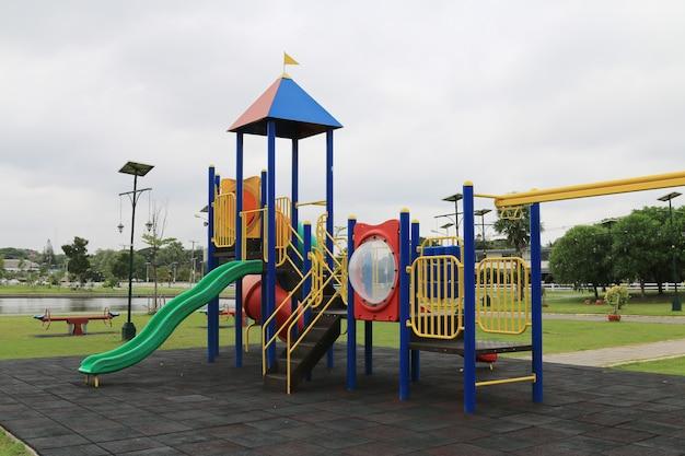 Parco giochi per bambini al parco