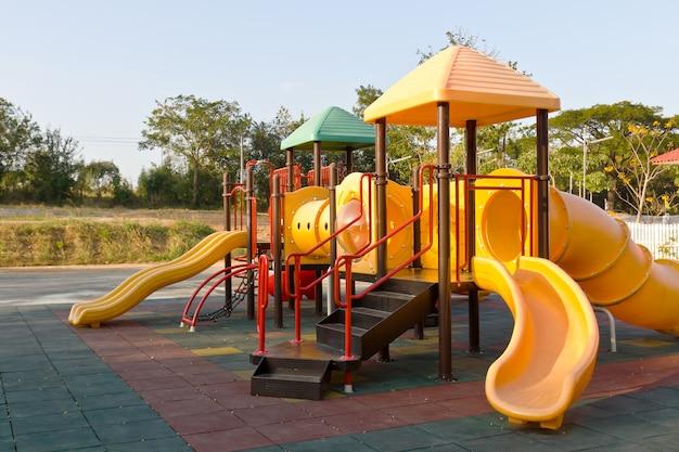 Parco giochi per bambini nel parco