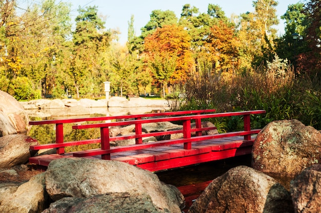 Parco in stile giapponese con ponte rosso