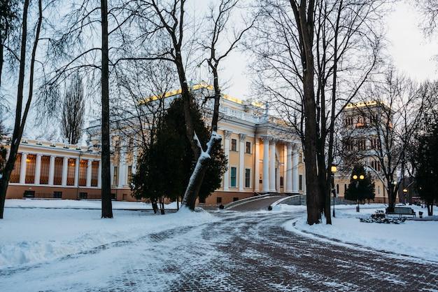 Parco invernale con il palazzo di rumyantsev-paskevich