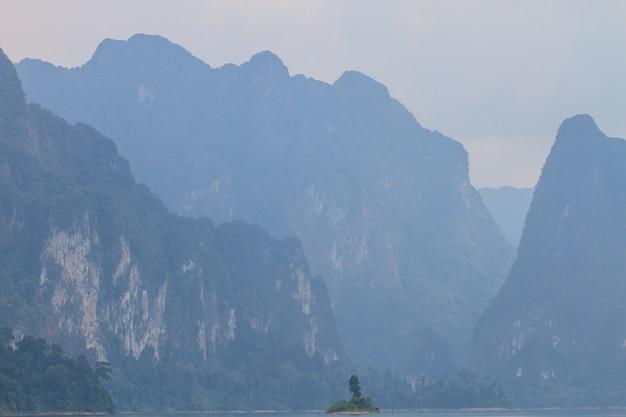 Parco khao sok, montagna e lago