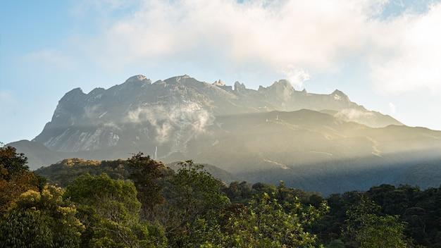 Parco nazionale di kinabalu nella mattina con il bei cielo e nuvola in malesia.