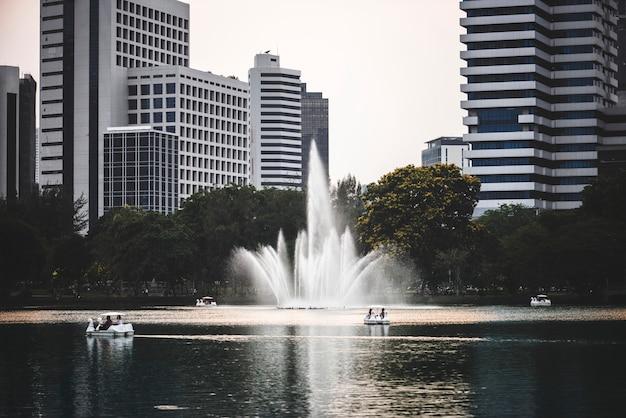 Parco urbano scenico in un quartiere degli affari