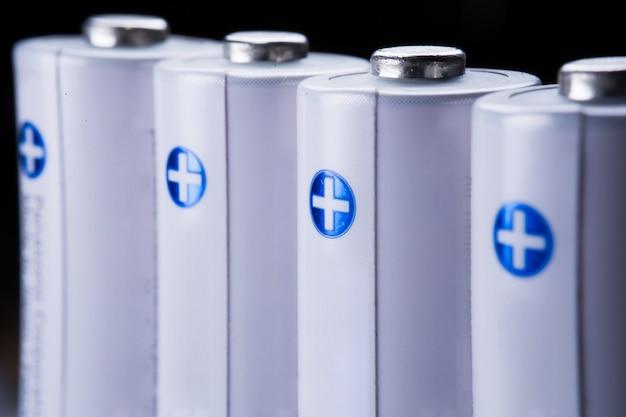 Parecchie batterie aa nella vista del primo piano di prospettiva su fondo bianco