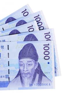 Parecchie fatture di valuta coreane 1000 vinte completamente isolate contro bianco