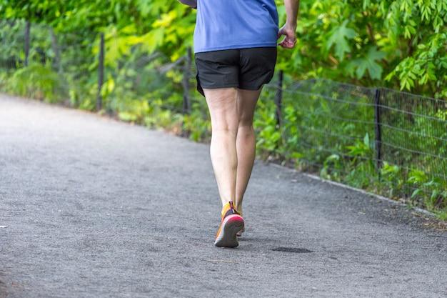 Pareggiatore che corre lungo il serbatoio di central park a new york.