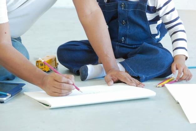 Parenting, insegnante che insegna a disegnare abilità al bambino. disegno, concetto di apprendimento.