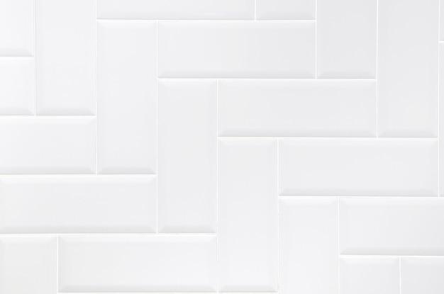 Parete bianca delle mattonelle del mattone ceramico, fondo astratto moderno di struttura