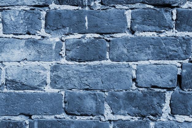 Parete blu incrinata e strutturata, muro di mattoni. colore del concetto dell'anno 2020. avvicinamento