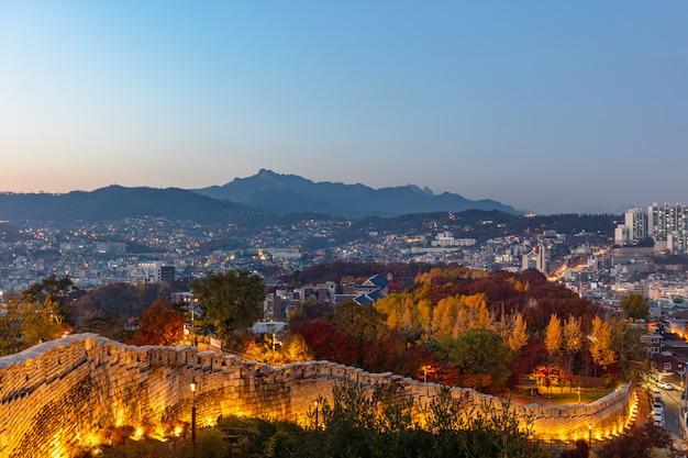 Parete corea del sud della fortezza del parco di naksan della città di seoul