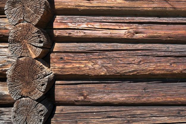 Parete dai vecchi tronchi longitudinali e trasversali dilapidati.