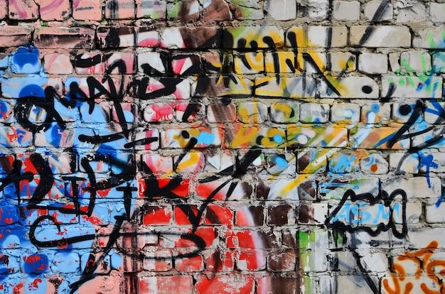 Parete decorata con graffiti astratti colorati.