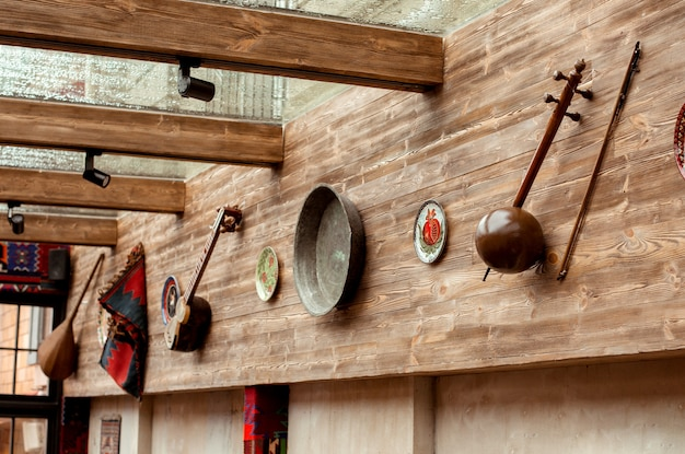 Parete decorata con strumenti musicali tradizionali azeri