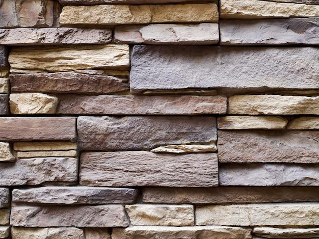 Parete del primo piano delle lastre e dei blocchi di pietra