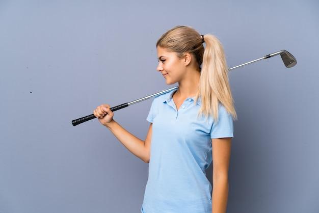 Parete di gray della ragazza del giocatore di golf dell'adolescente