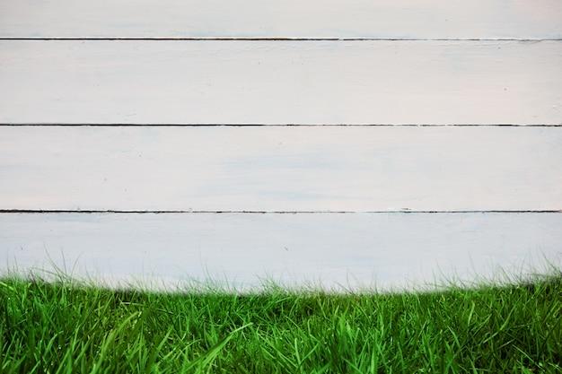 Parete di legno con erba