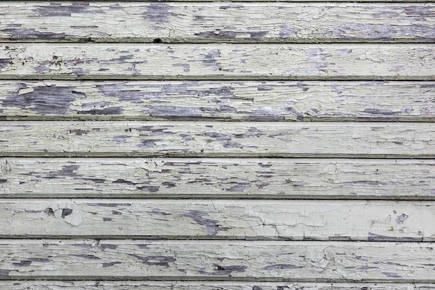 Parete di legno della plancia con vecchia pittura bianca incrinata