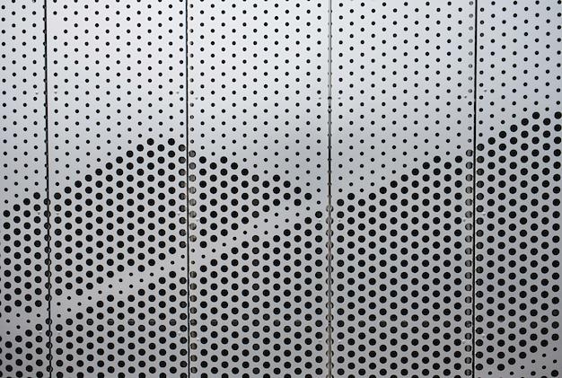 Parete di metallo sull'edificio per uffici futuristico